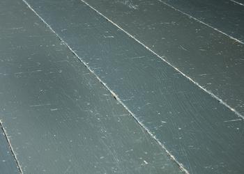 Parquet massif chêne vieilli peint teinte grise, finition huile cire mat